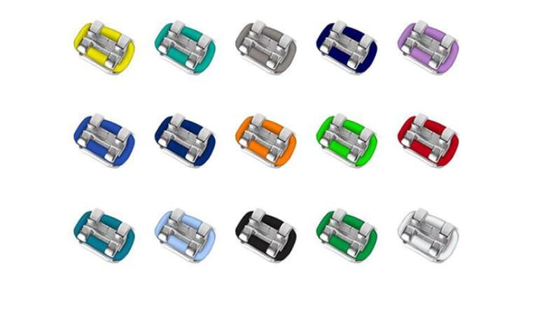 Na zobni aparat se namestijo raznobarvne elastike