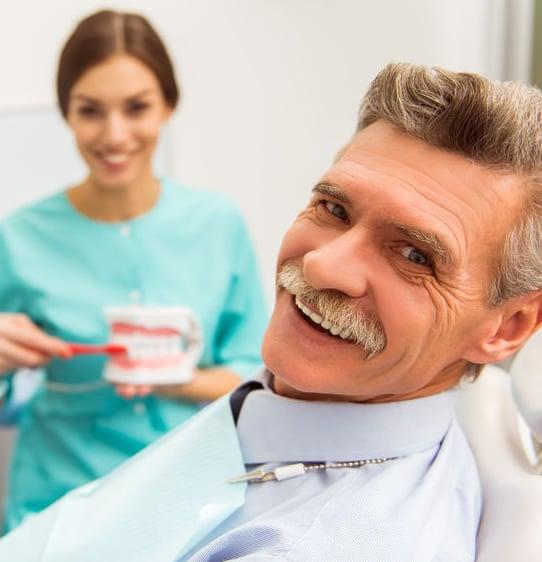 Zobne proteze omogočajo lep nasmeh tudi v starosti.