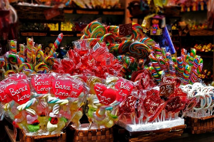Karies povzročajo sladke pijače in sladkarije