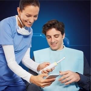 Zobozdravnik pomaga pri izbiri zobne ščetke